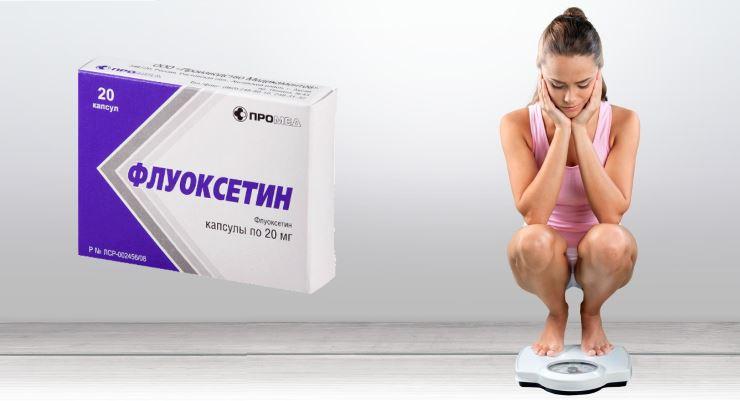 Женщина взвешивается после приема таблеток